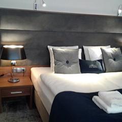 Łóżko hotelowe z nakastlikami