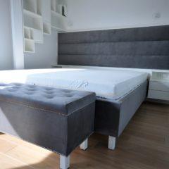 Łóżko z komodą i nakastlikami